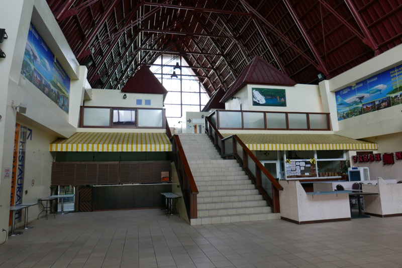 空港入って正面に見える階段